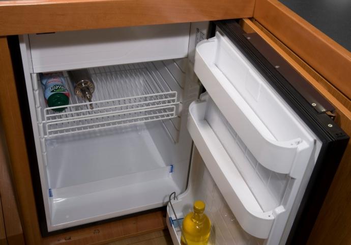 Обзор Beneteau 34. Холодильник фронтальной загрузки