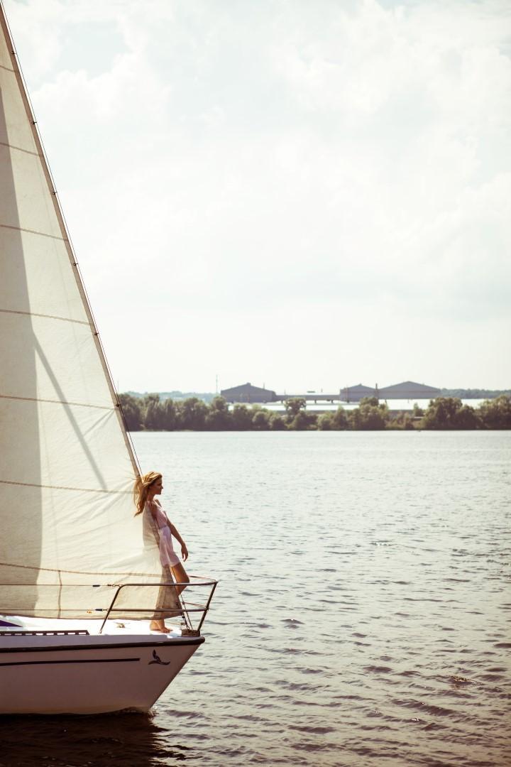 Фотосессия на яхте, прогулки на парусной яхте в Киеве, арнеда яхты, прокат яхты, круизы на яхте по Днепру